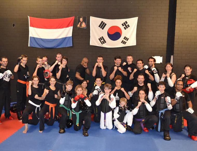 Hofbogen ondernemer: OM martial arts, tae kwon do, groepsfoto