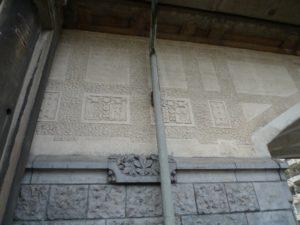 Hofbogen muur beeldhouwwerk